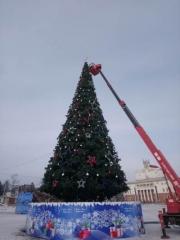 В Артёме убирают новогодние украшения