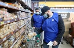 4 способа отличить доставляющего на дом продукты волонтера от мошенника