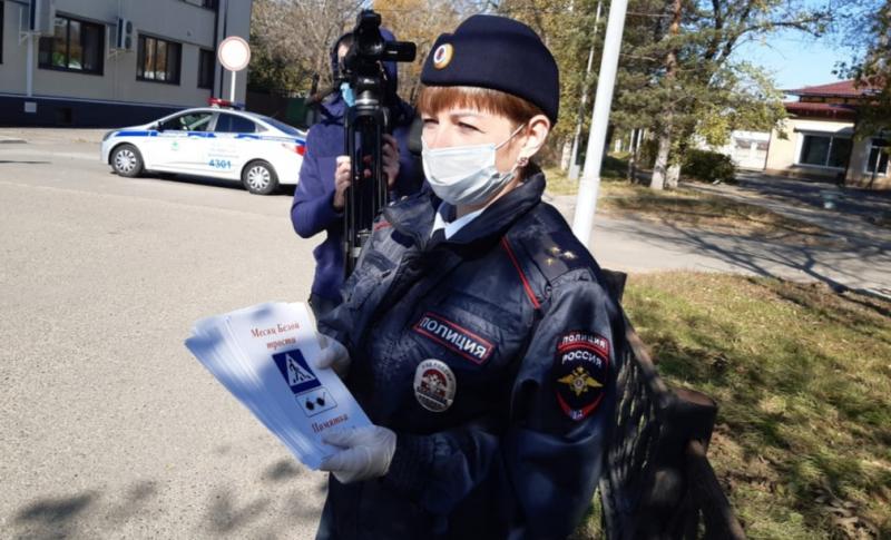 Сотрудники Госавтоинспекции Приморского края напоминают водителям о «правах» белой трости