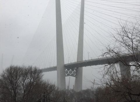 Движение под Золотым мостом ограничено, а по Русскому мосту ещё не возобновлено