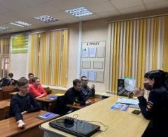Полицейские и общественники обсуждают со студентами вопросы профилактики экстремизма в Артеме