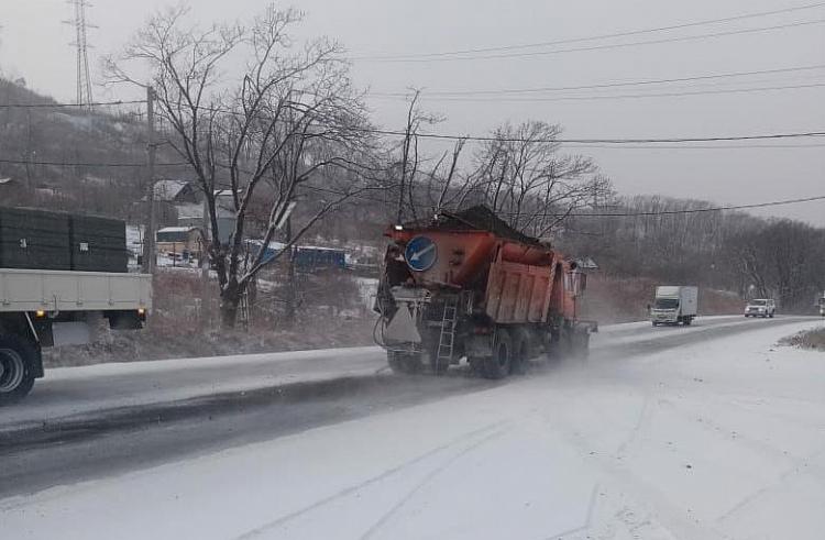 На дорогах Приморья продолжает работать снегоуборочная техника