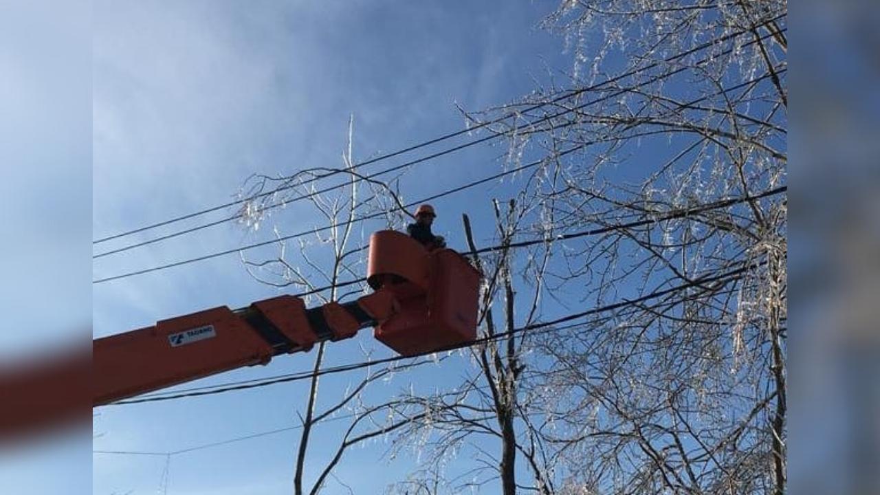 Энергетики ликвидируют аварии на электросетях из-за ветра